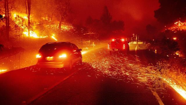 """加利福尼亚山火造成罕见""""龙卷风"""""""