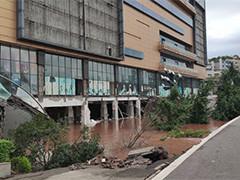 四川宜宾路面坍塌 多辆汽车掉入坑中