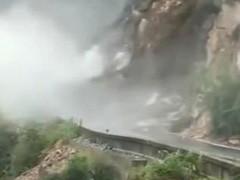 甘肃陇南山体滑坡 直升机救援被困群众