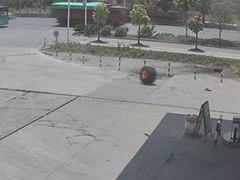 江西宜春货车轮胎起火闯入加油站