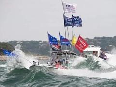 特朗普支持者水上游行 至少4艘游船翻船