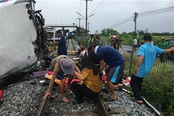 泰国一观光客车与火车相撞 至少20死30伤
