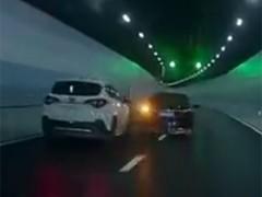 """上海两男子隧道内开""""斗气车"""""""