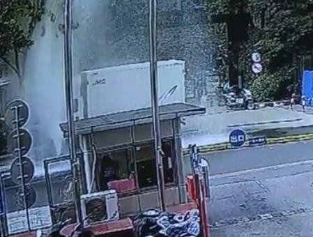 厢式货车倒车撞倒消防栓水柱冲天