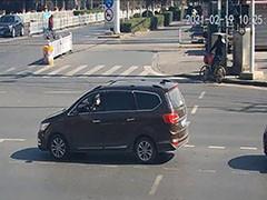 男子私调信号灯 路口遭遇大堵车