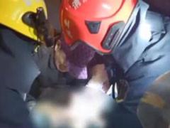 八旬老人身陷火场 消防员争分夺秒抢救