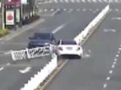 瓶子滚到刹车板下 车辆失控直冲对向车道