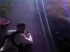 长得像嫌犯?两非洲裔男子被勒令地上爬行