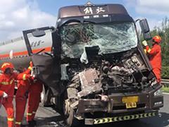 油罐车大货车相撞 两人被困消防破拆救援
