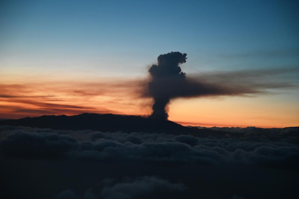 西班牙拉帕尔马岛火山喷发 5000多人被疏散